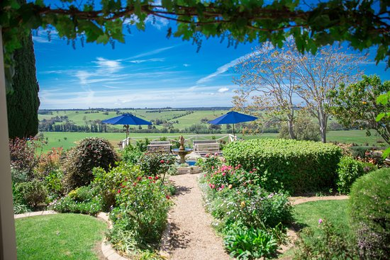 Perfect Rivendell Farm Cottages: Retreat Gardens And Special Vantage Point Looking  Over The Tambo River,