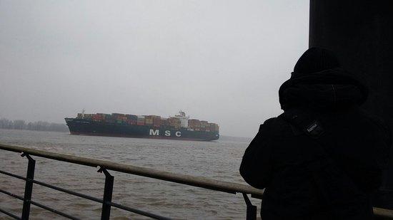 Wedel, Alemania: Blick vom Willkomm Höft auf ein Einlaufendes Schiff