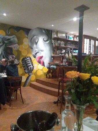 Mirande, Francja: la fresque peinte en l'honneur du jazz, Marciac nest pas loin