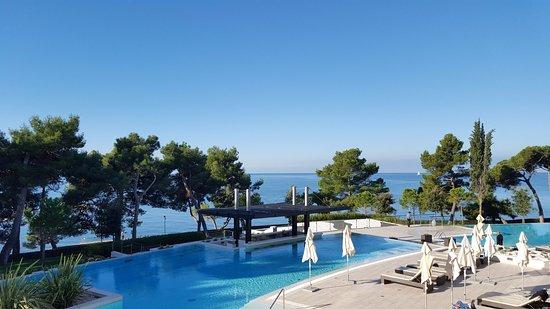 Hotel Laguna Parentium: La grande piscina da' sul mare ed è fornita di vari piccoli idromassaggi