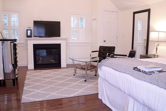 West Harwich, MA: Luxury Superior room at the Platinum Pebble Boutique Inn