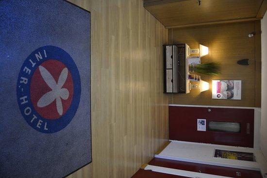 Hotel du Parc Euromedecine : L'entrée de l'hôtel