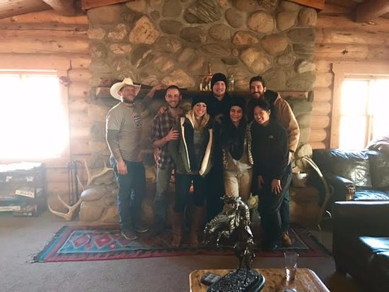 ‪‪Parshall‬, ‪Colorado‬: Us and the wonderful staff in front of the fireplace!‬