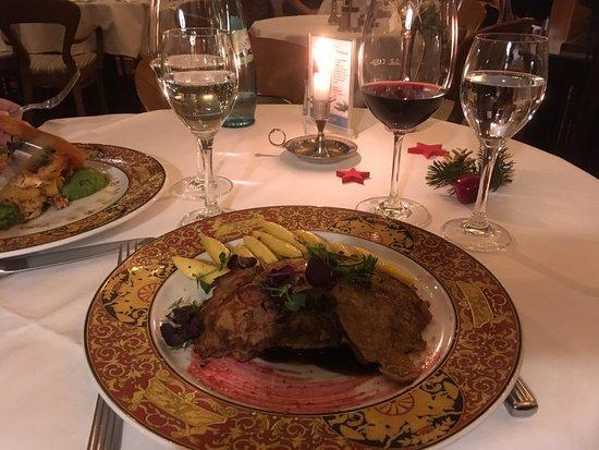 Restaurant & Grand Café Coselpalais: Piccata vom Hirsch im Spekulatiusmantel mit Pflaumengemüse und Schupfnudeln