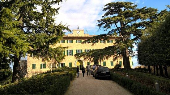 Monterado, Italia: Il Castello e le sue camere visto dal suo parco all'interno delle mura.