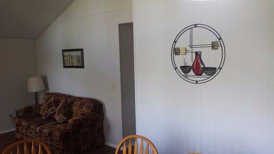 Golden Arrow Resort: chalet living room