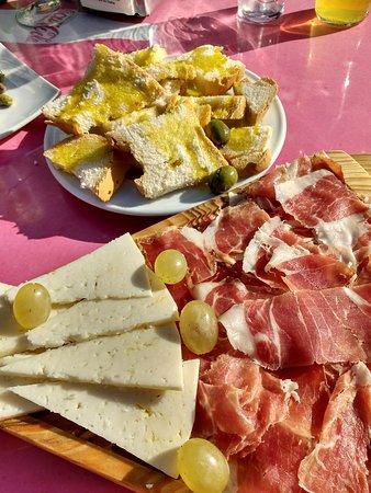 Zuheros, Spain: Tapa mixta de queso y jamón