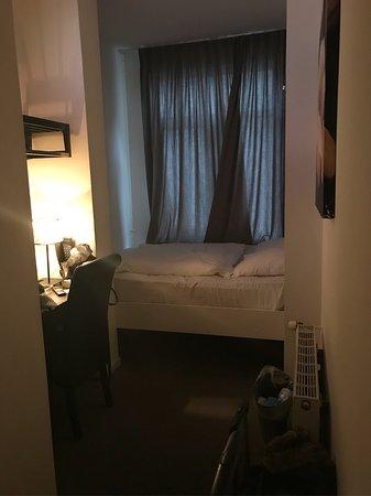 Betten Für Kleine Zimmer sehr kleines zimmer bett jedoch relativ gemütlich bild