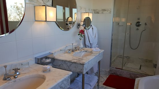 Hotel Schloss Monchstein: Spacious and spotless bathroom