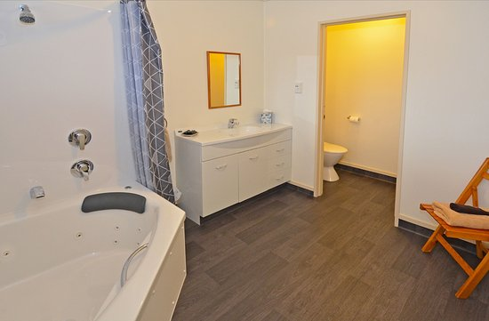 Mosgiel, New Zealand: Shower over corner spa - one bedroom unit (max 2 person).