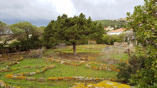 Asinara, Italy: Giardini antistante il carcere più famoso di Fornelli