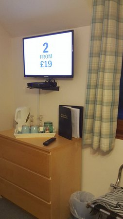 Invermoriston, UK: Flat screen TV in the rooms with many channels to watch.