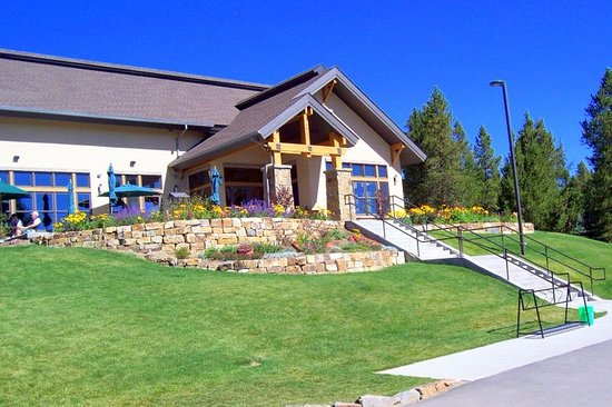 Tabernash, CO: Clubhouse front with summer flowers