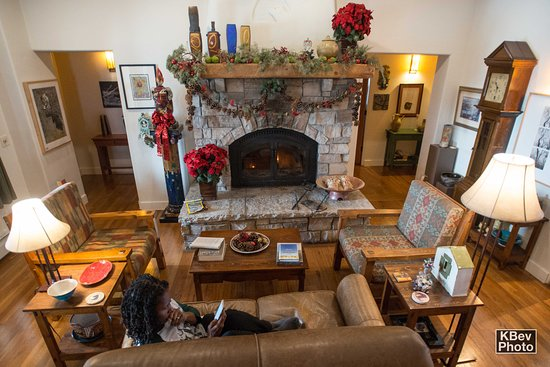 Bear Mountain Lodge: Relaxing by the fire