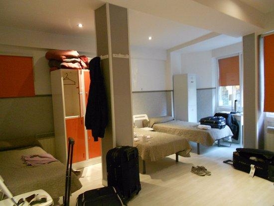 Far Home Hostel: Habitación muy espaciosa y cómoda