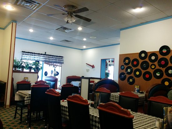 Slinger, WI: Main dining area - Tables and booths