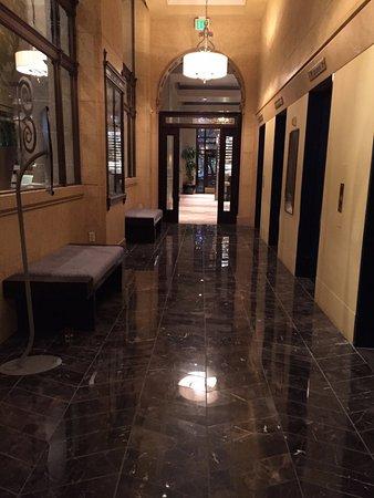 Kimpton Hotel Monaco Salt Lake City: hallway from lobby to elevators and to restaurant