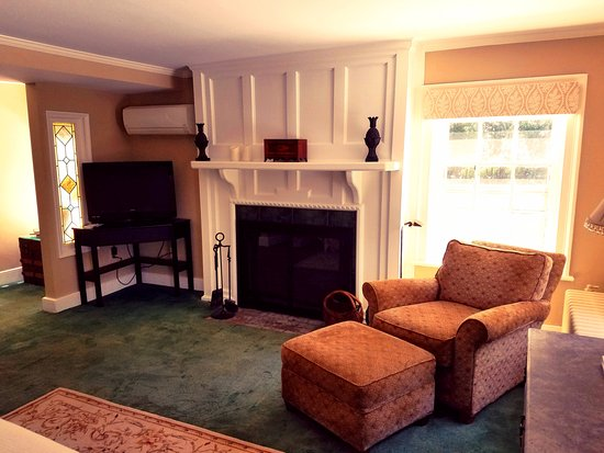 Cromwell Manor Historic Inn: Arcarian Guestroom