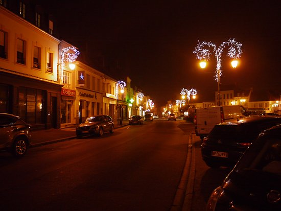 Montreuil-sur-Mer, Frankreich: The square outside the restaurant lit up for Christmas and the New Year