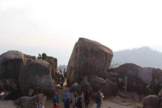 弥山, 山頂から見渡す瀬戸内海は絶景。宮島の街や対岸もジオラマのようにみえます。山頂のダイナミックに横たわる岩は花崗岩といって、一つの岩が風化で割れたそうです。 体力に自信があれば徒歩での登頂を!階段
