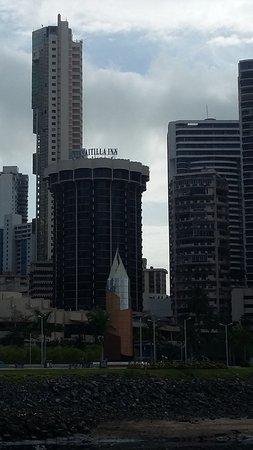 بلازا بايتيلا إن هوتل: O edifício do hotel tem forma arredondada