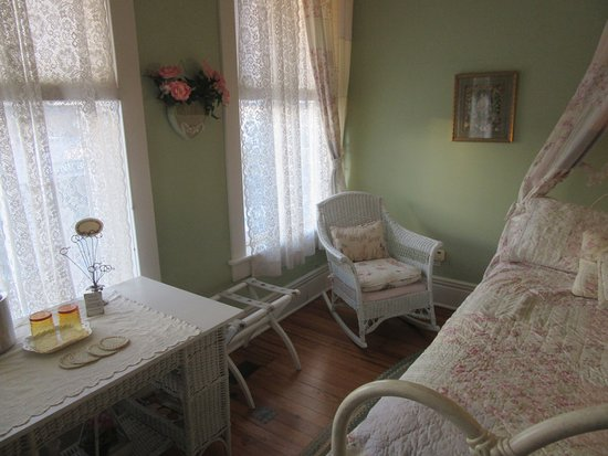 Washington, IL: Garden of Eden Room - Table & Rocking Chair