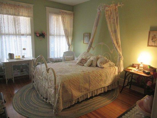 Washington, IL: Garden of Eden Room - Queen Bed