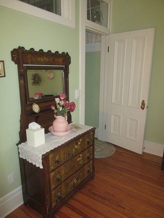 Cornerstone Inn: Garden of Eden Room - Dresser & Room Entry