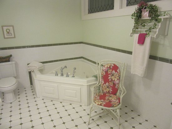 Cornerstone Inn: Garden of Eden Room - Bathroom Double Whirlpool