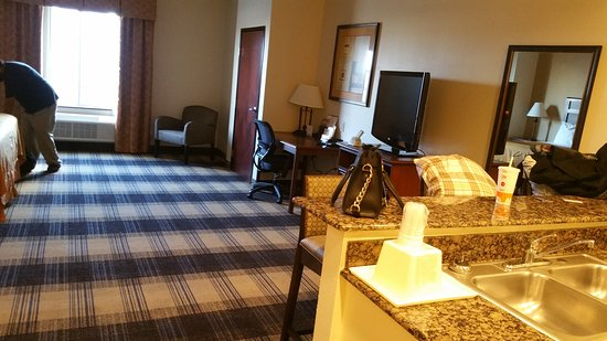 Best Western Lockhart Hotel & Suites : Kitchenette king suite over Christmas. Very spacious!!! Closet had a door.