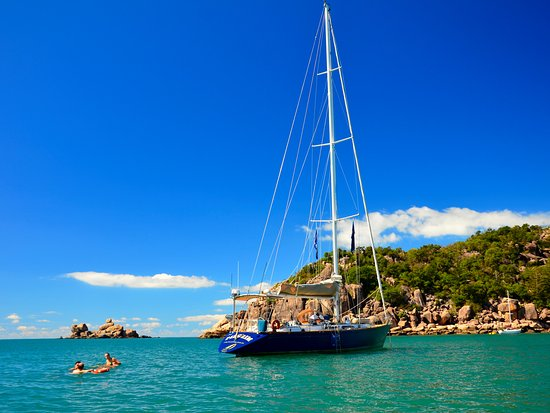 Isla Magnetic, Australia: Pilgrim anchored at Radical Bay on a Lunchtime Sailing Cruise