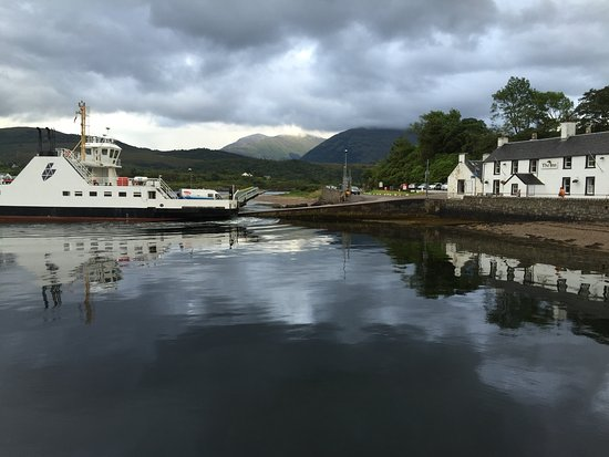 Ardgour, UK: Ferry dock right at the hotel! Only a 4-5 minute ferry ride across the narrow lock.