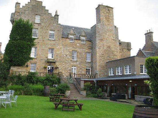 Dornoch Castle Hotel: Castle Dornoch Hotel backyard grounds