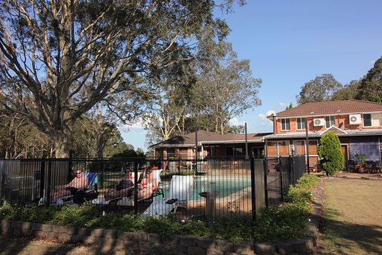 Windella, Australia: View back to house over the pool.