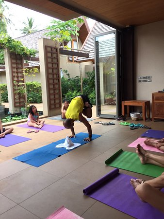 Lipa Noi, Tailandia: Yoga class for the young and old