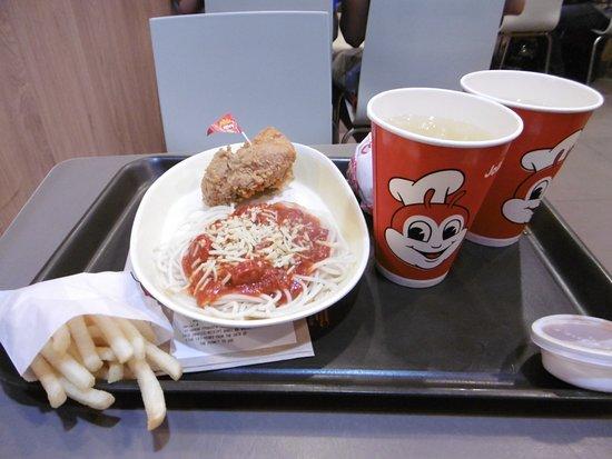 Jollibee: チキンとパスタ、後ろにハンバーガー。パインジュースはおまけ。