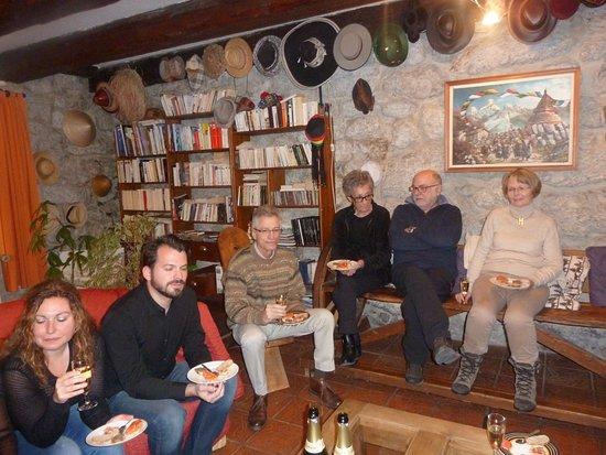 Aillon-le-Jeune, Γαλλία: Partage devant la cheminée