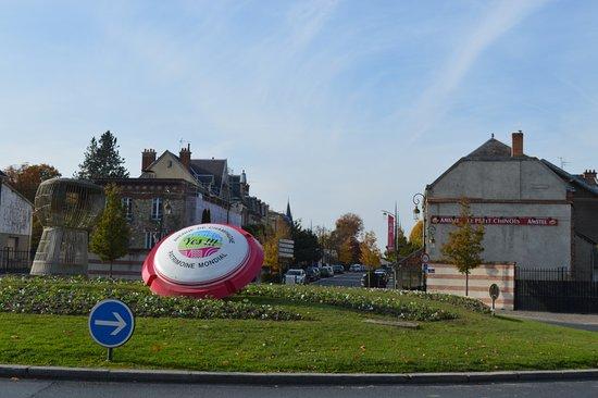 Epernay, France: Het begin van de Avenue de Champagne, het reuze kurkdeksel!!!