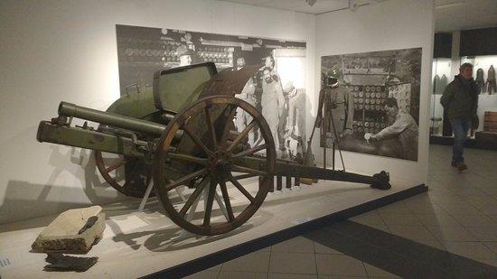 Temu, Italien: Cannone con lapide commemorativa e divisa/equipaggiamento da osservatore.