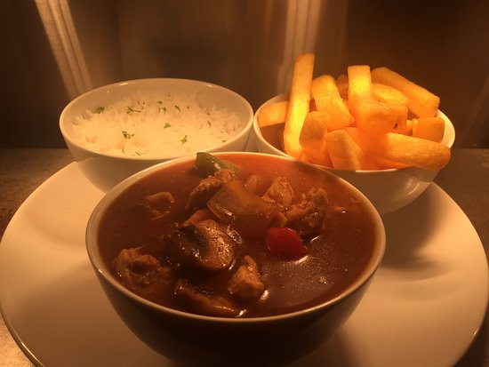 Tinahely, Ιρλανδία: Leonoras famous homemade chicken curry with rice and chips