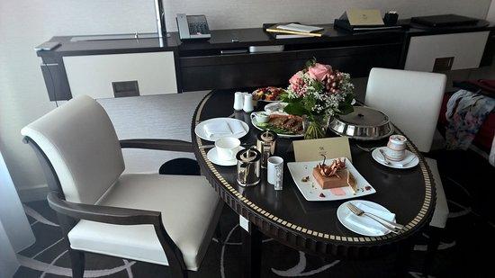 Esstisch Berlin esstisch mit frühstück vom room service picture of waldorf astoria