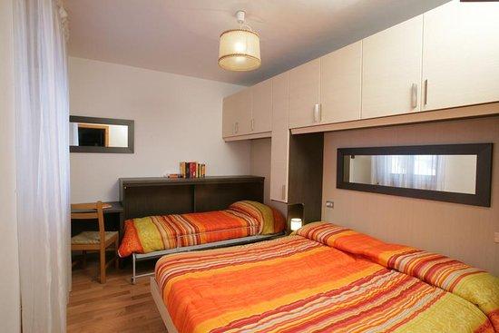 Camera da letto con letto matrimoniale e terzo letto singolo - Foto ...