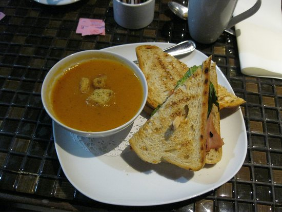 "Orillia, Canadá: This is One of the daily specials....carrot soup and a ""ham slam"" sandwich."