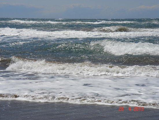 Puerto Cabopino Beach and Marina: Прибой