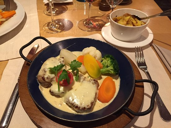 Lecher Stube: Pork medallions with melted cheese