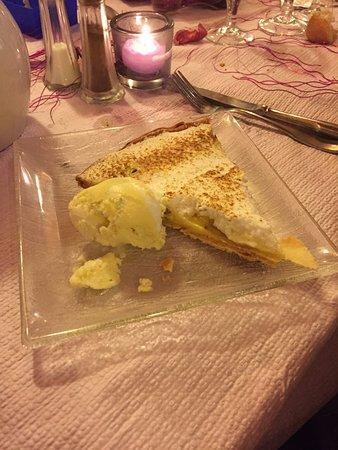 Montalbert, Francia: tarte au citron meringuee avec sa glace citron mascarponne juste delicieux