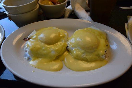 Henry's: eggs benedict
