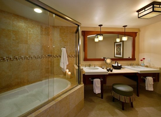 Avila Beach, Califórnia: Jacuzzi tub/ shower combo's in every Spa Room (This room does not feature an outdoor  hot tub)