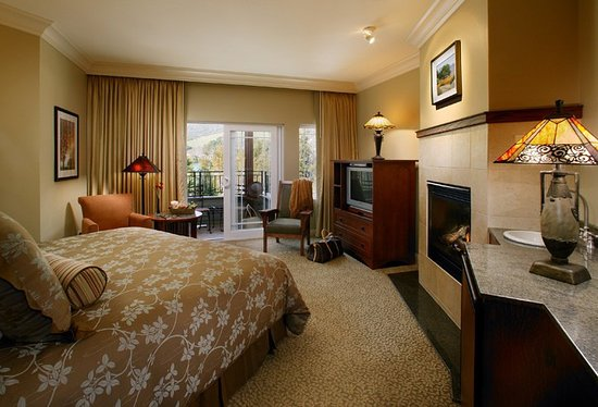 Avila Beach, CA: Our Deluxe Room with Private Outdoor Hot Tub and Fireplace