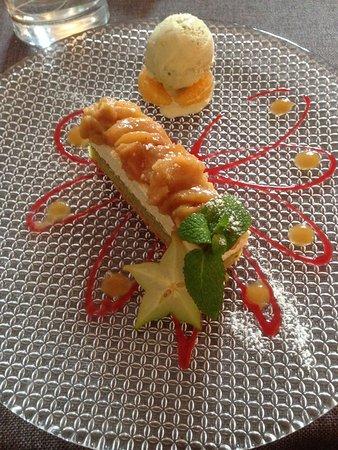Mittelbergheim, France : Sablé à la pistache, mousse au chocolat blanc vanillée, compotée de pommes